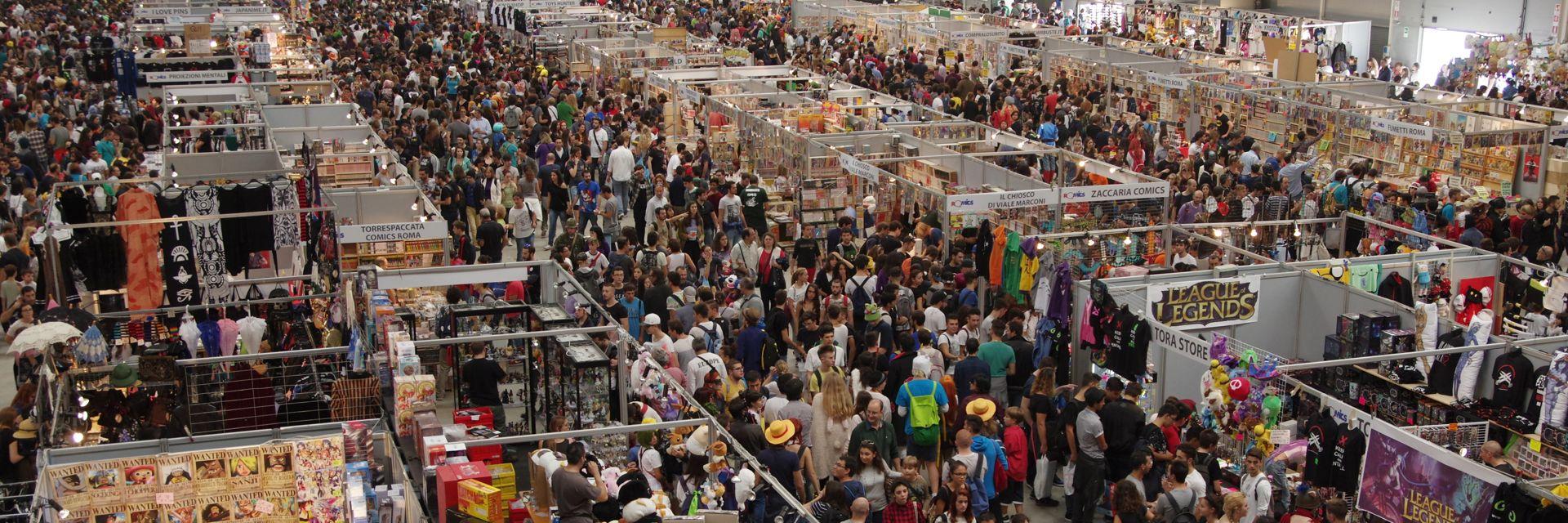 Folla ai padiglioni del Romics, evento cosplay che si tiene alla Fiera di Roma
