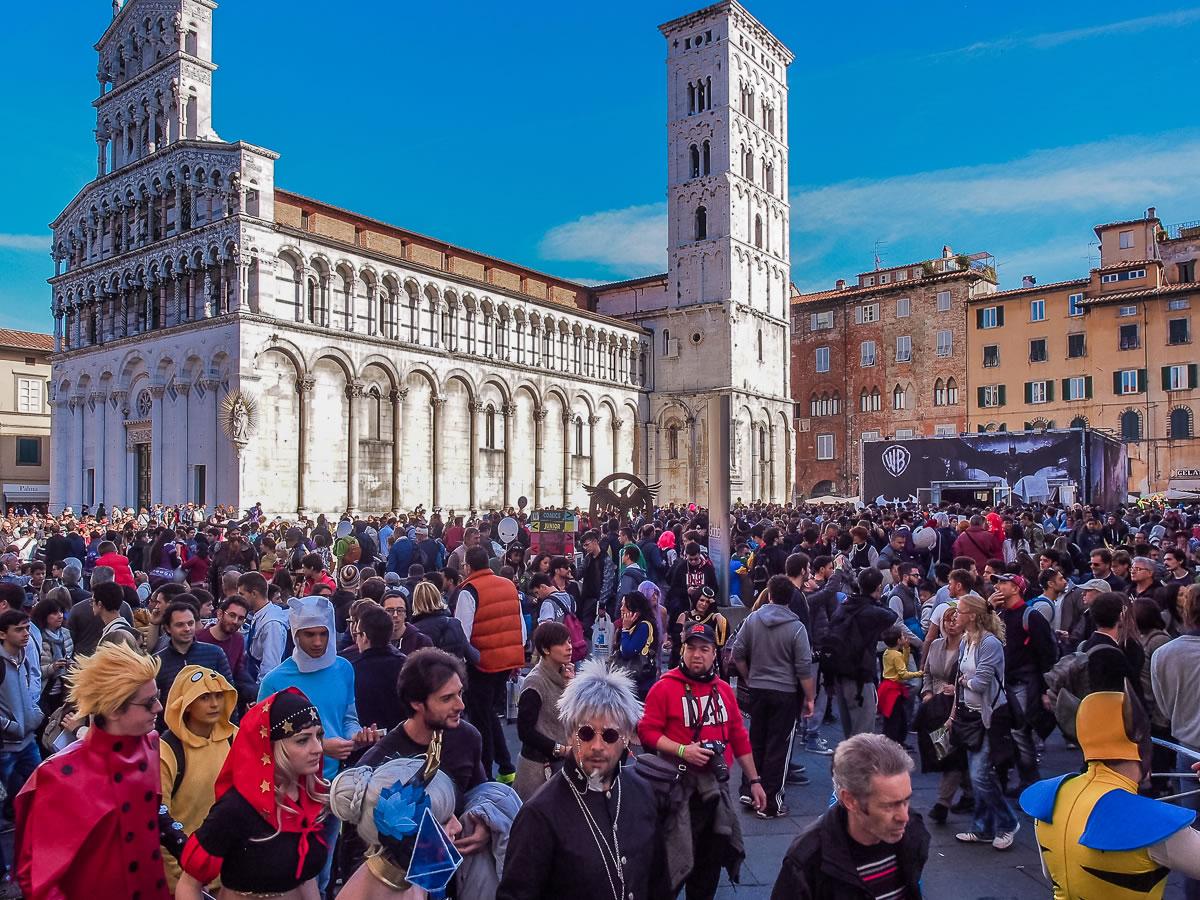 Cosplayer ai piedi del Duomo di Lucca per l'evento cosplay Lucca Comics & Games
