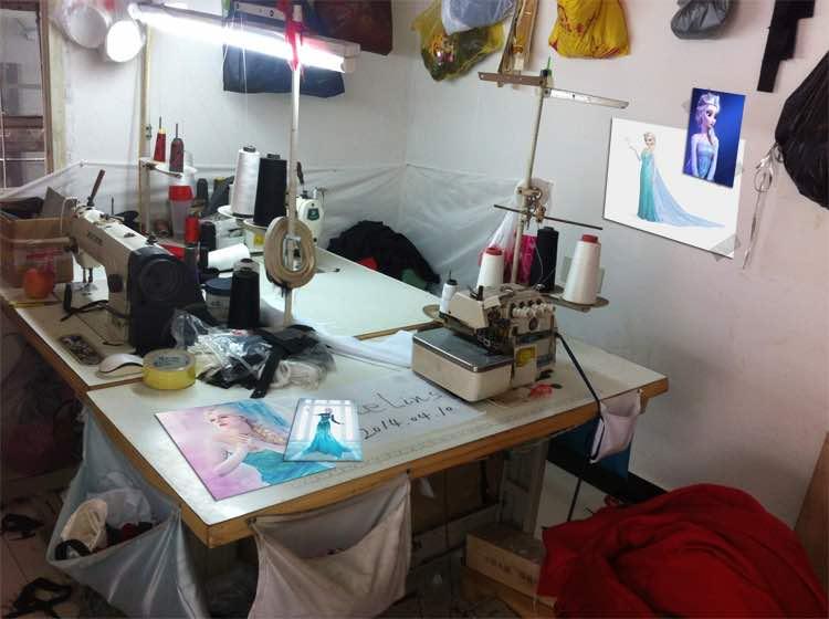 Tavolo di lavoro e macchina da cucire con modello cosplay