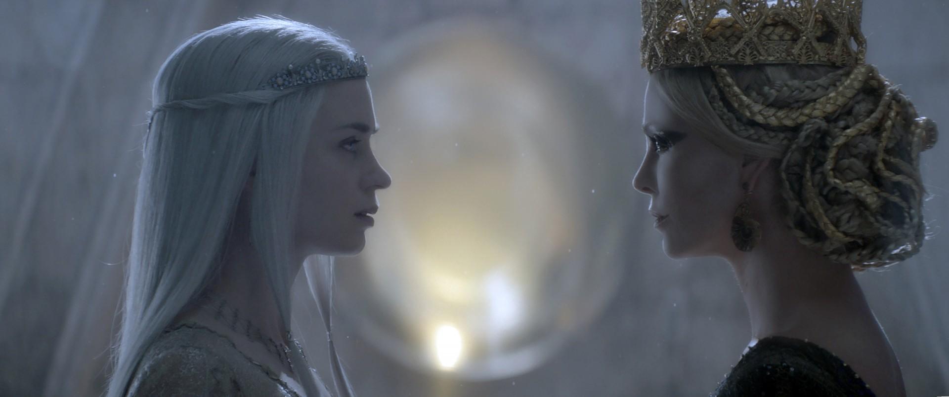 Charlize Theron e Emily Blunt faccia a faccia in una scena de Il Cacciatore e la Regina di Ghiaccio