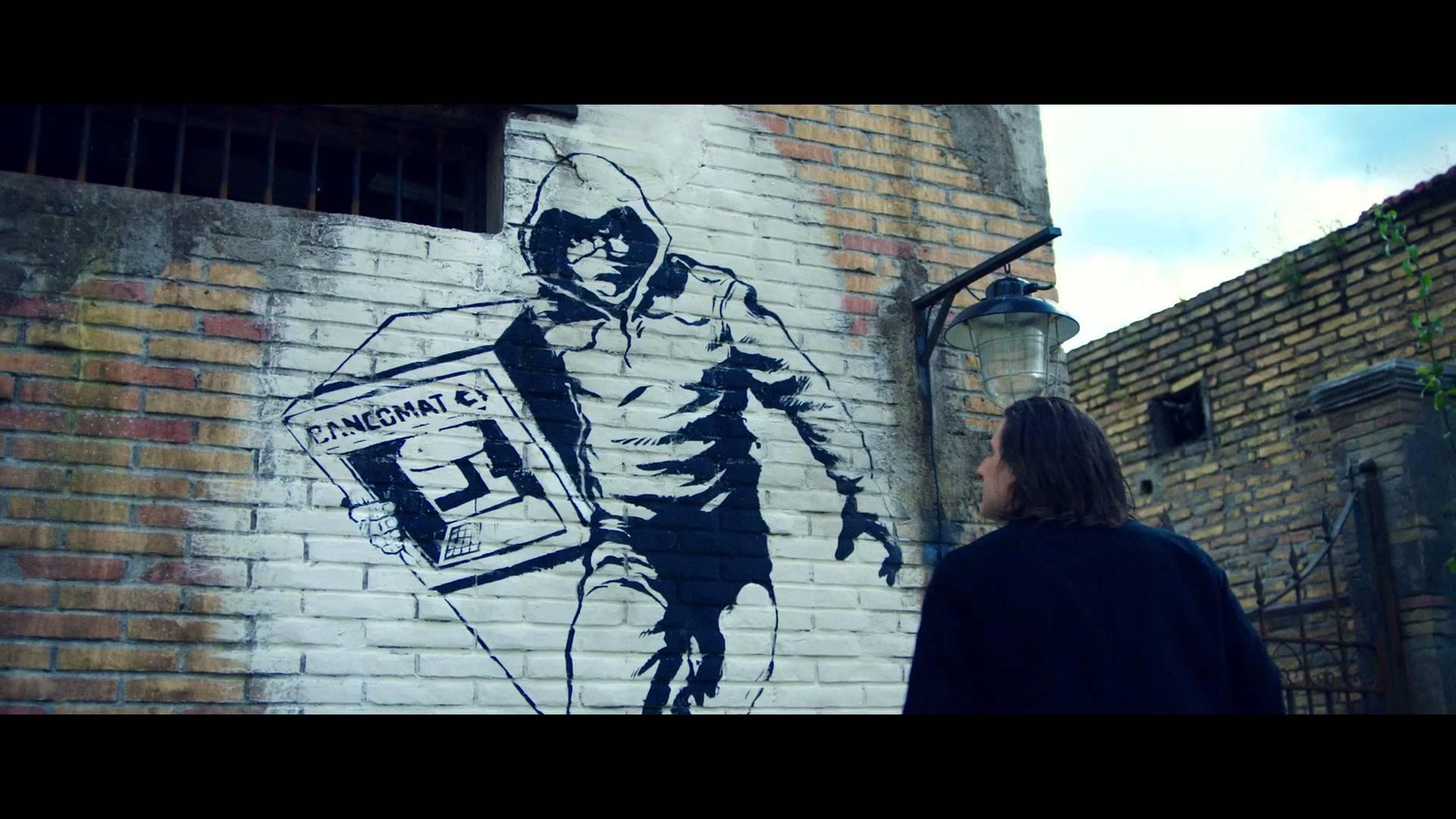 Marinelli davanti a un murales di Ceccotti/Santamaria in una scena di Lo chiamavano Jeeg Robot