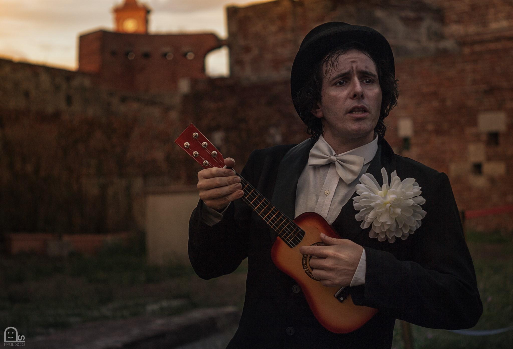 Andrea Barbieri interpreta Rino Gaetano in questo scatto di Paul Scio